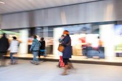 Lycklig shopping, shopping spree i stad Arkivfoto