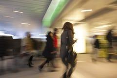 Lycklig shopping, shopping spree i stad Royaltyfri Bild