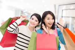 lycklig shoppingkvinna arkivbild