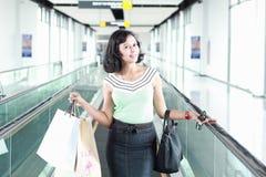 Lycklig shoppingkvinna Royaltyfri Bild