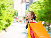 Lycklig shoppingkvinna som talar på en telefon i Manhattan NYC royaltyfri foto