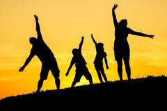 lycklig silhouette för familj Fotografering för Bildbyråer
