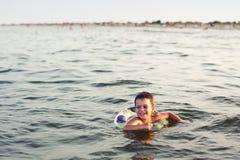 lycklig simning Arkivbild