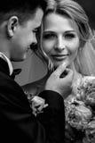 Lycklig sinnlig stilig brudgum och blond härlig brud i vit Arkivbilder