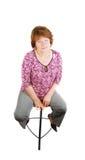 lycklig sittande le kvinna för stångstol royaltyfria bilder