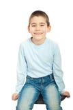 lycklig sitting för pojkestol Arkivfoton