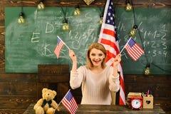 Lycklig självständighetsdagen av USA Dra tillbaka till skolan eller hem- skolgång med läraren Patriotism och frihet Kvinna in Arkivfoto