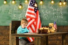 Lycklig självständighetsdagen av USA Dra tillbaka till skolan eller hem- skolgång Patriotism och frihet Little Boy i klassrum Royaltyfri Fotografi