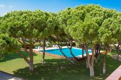 Lycklig sjösida för sikt för sommarsemester från balkong till hotellswimminen Arkivfoto