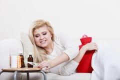 Lycklig sjuk kvinna som känner sig bättre efter behandling Royaltyfria Bilder