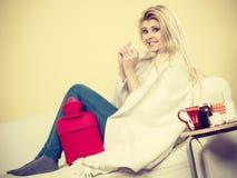 Lycklig sjuk kvinna som känner sig bättre efter behandling Royaltyfria Foton