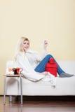 Lycklig sjuk kvinna som känner sig bättre efter behandling Arkivfoto