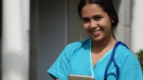 Lycklig sjuksköterska för ungdomlig colombiansk tonåring Royaltyfri Bild