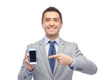 Lycklig skärm för affärsmanvisningsmartphone Royaltyfri Foto