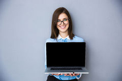 Lycklig skärm för bärbar dator för affärskvinnavisningmellanrum Arkivfoto