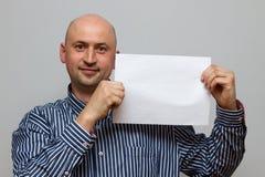 Lycklig skallig affärsman med banret fotografering för bildbyråer