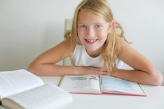 lycklig skola för flicka Royaltyfria Foton