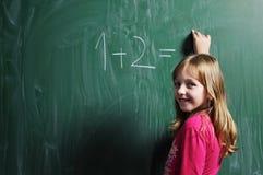 Lycklig skolaflicka på mathgrupper Royaltyfri Foto