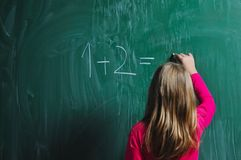 Lycklig skolaflicka på mathgrupper Fotografering för Bildbyråer