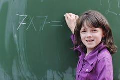 Lycklig skolaflicka på mathgrupper Arkivbilder