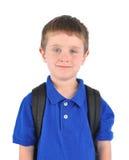 Lycklig skolapojke med Bookbag Royaltyfri Bild