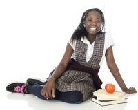 Lycklig skolflicka i likformig Arkivfoton