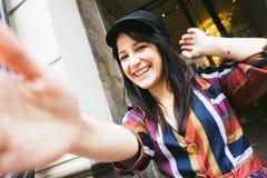Lycklig skratta kvinna för blandat lopp i enfärgad randig klänning royaltyfri foto