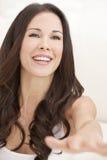 lycklig skratta kvinna för härlig brunett royaltyfri bild