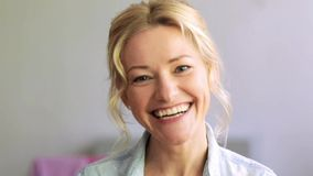Lycklig skratta kvinnaframsida arkivfilmer