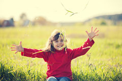 Lycklig skratta liten flicka på fältet Arkivbild