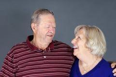 lycklig skratta pensionär för par Arkivbilder