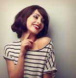 Lycklig skratta ung kort frisyrkvinna i modeblustou Arkivbild