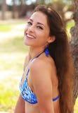 Lycklig skratta ung kvinna i bikini Arkivbild