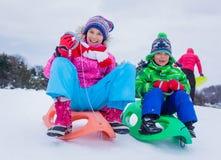 Lycklig sledding för ungar Arkivbilder