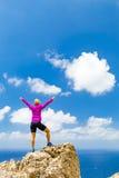 Lycklig slingalöparevinnare som når kvinnan för livmålframgång Arkivbild
