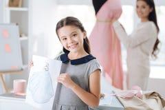 Lycklig smart flicka som visar hennes teckning Royaltyfri Fotografi
