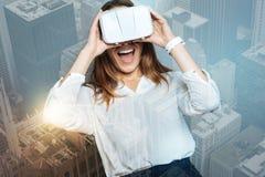 Lycklig smart kvinna som rymmer hennes exponeringsglas 3d Royaltyfri Foto