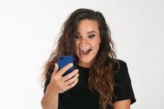 lycklig smartphone för flicka Arkivfoton