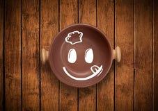 Lycklig smileytecknad filmframsida på den färgrika maträttplattan Royaltyfria Foton