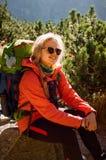 Lycklig smileyturist som vilar på en vagga i berg, Slovakien Fotografering för Bildbyråer
