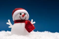 Lycklig snögubbe i showen på blå bakgrund vektor illustrationer