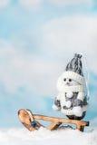 Lycklig snögubbe på en släde Arkivfoto