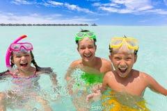 lycklig snorkeling för barn royaltyfria foton