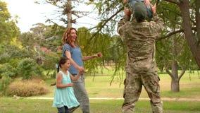 Lycklig soldat som återförenas med hans familj