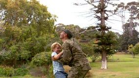 Lycklig soldat som återförenas med hans son arkivfilmer