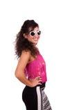Lycklig solglasögon och posera för ung kvinna bärande Fotografering för Bildbyråer