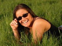lycklig solglasögonkvinna Arkivbild