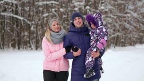 lycklig solnedgång för familj Fadern, modern och två barndöttrar har gyckel, och spela på snöig vinter gå in stock video