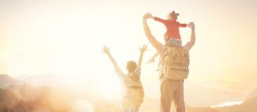 lycklig solnedg?ng f?r familj arkivfoto