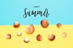 Lycklig sommar f?r inskrift Havsskalmodell p? turkos och gul pappers- bakgrund sommar f?r sn?ckskal f?r sand f?r bakgrundsbegrepp royaltyfria foton